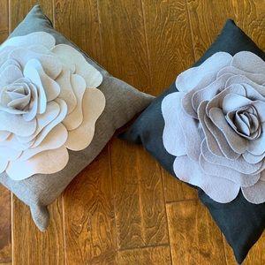 Saro Lifestyle Flower Design 17-inch Throw Pillows